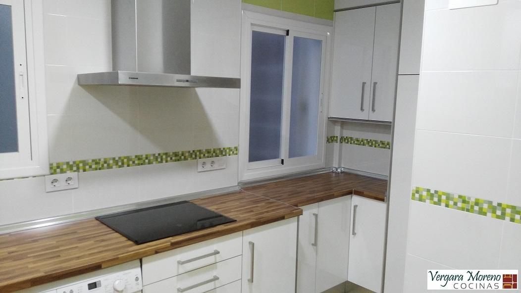 Cocina laminado blanco brillo encimera nogal parquet - Cocinas color nogal ...